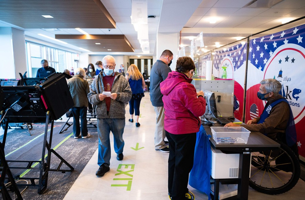 Residents of Lake County participate in early voting at the board of elections headquarters in Painesville, Ohio, Oct. 16, 2020. (AFP Photo)